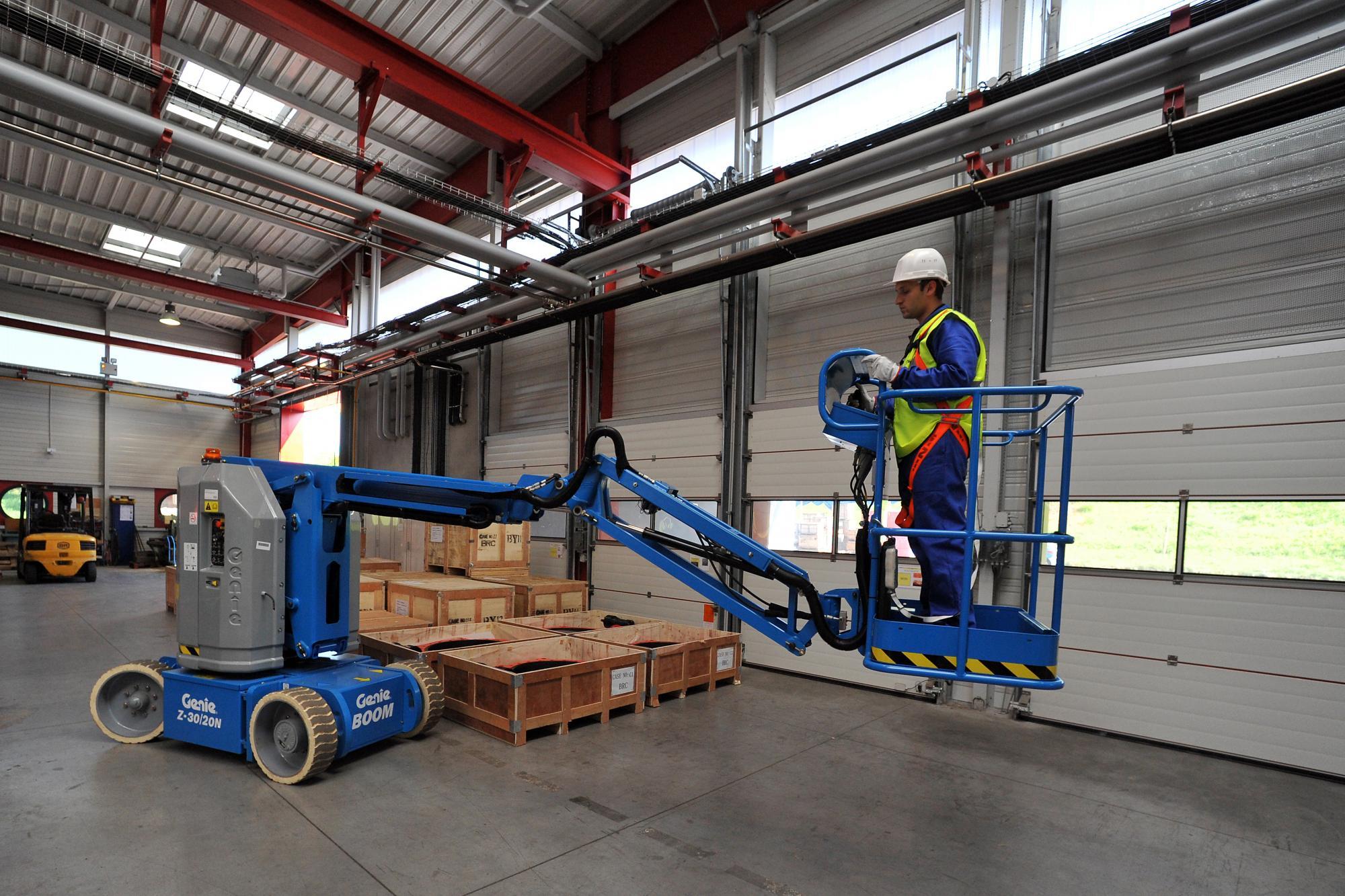 Genie® Z30/20NRJ (Narrow Rotating JIB) Articulated Boom Lift